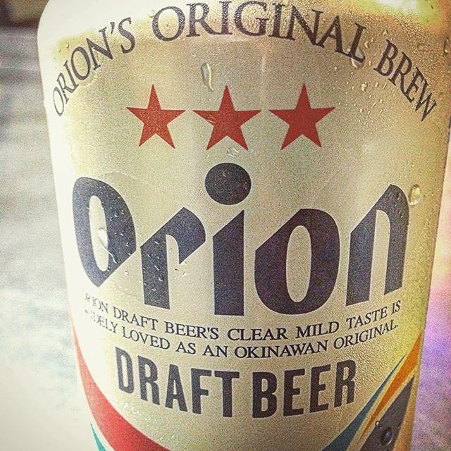 ♪島とつくもの なんでも好きで 酒にマースー ぞうりまで かりゆしウェアでまーかいが オバーが夕飯炊いてるさ 今日は那覇市のビアガーデンへ 野球応援甲子園 明日は準々決勝ど 夜から応援しておくさ 三ツ星かざして高々と ビールに託したうちな~の 夢と飲むからおいしいさぁ オジー自慢のオリオンビール。#love #happy #l4l
