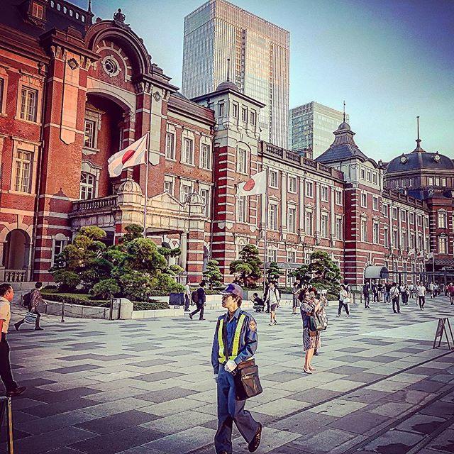 東京駅、警備員さん、日本の国旗、丸の内OL